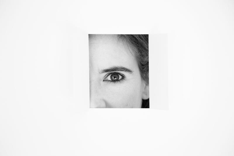 Andrea AlcaláRetalls. Andrea Alcalá.Ephemeral spaces. Espais efímers, aparadorisme i creativitat visual. Fosc quasi negre. Retalls